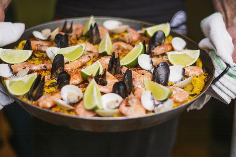 gastronomie espagnole paella avec tranche de citrons