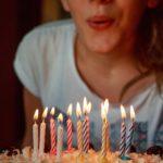 jeune fille soufflant des bougies