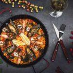 paella sur une table