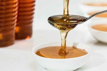 miel versée en filet dans une cuillère
