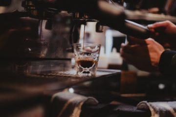 Un café servi dans un bar via une machine à café